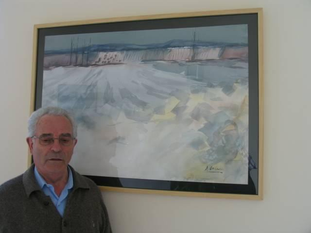 Julian Martín Casado junto a una de sus acuarelas
