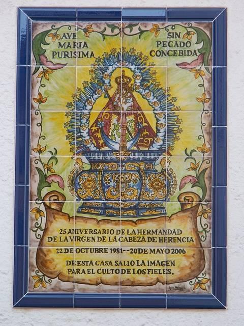 Cerámica en honor a la Virgen de la Cabeza de Herencia.
