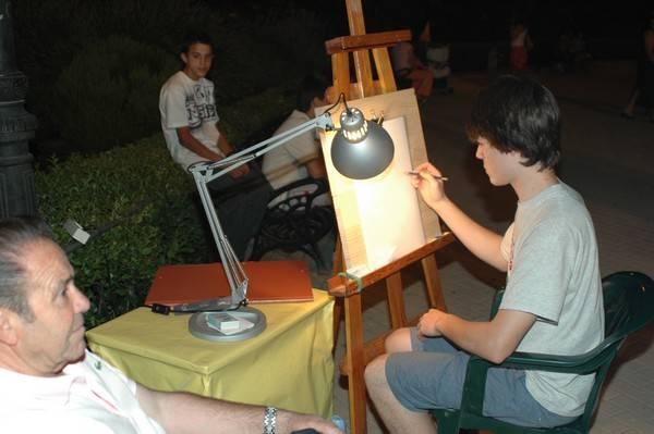 José Álvares realizando una caricatura