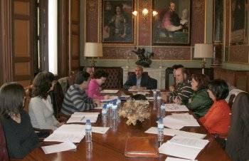 Imagen de la reunión que mantuvieron los representantes de las universidades populares (Foto: Diputación Provincial)