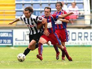 elias conduce la pelota ante el extremadura geca sport - El jugador herenciano Elias, ficha por el Lorca Deportiva C.F.
