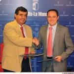 El consejero de Sanidad, Roberto Sabrido, y el presidente de Cocemfe de Castilla-La Mancha, Emilio Sáez, se saludan tras suscribir el acuerdo de colaboración entre ambas entidades.