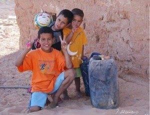 ni%C3%B1os saharauis 300x230 - Hoy han comenzado a llegar los primeros saharauis a Herencia