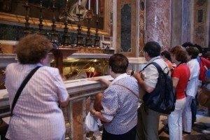 Parroquia Herencia ante la tumba de Juan XXIII