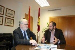 Delegado Economia y Turismo con el alcalde 300x200 - El alcalde de Herencia presenta al Delegado de Economía la nueva imagen turística