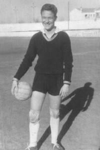 manolo delgado en el campo de educacion y descando de alcazar 1960 201x300 - Deporte con sabor herenciano: Manolo Delgado Meco