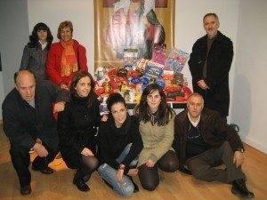 entrega caritas populares solidarios herencia 2010 300x225 - La campaña Populares Solidarios recoge 250 kilos de comida en Herencia
