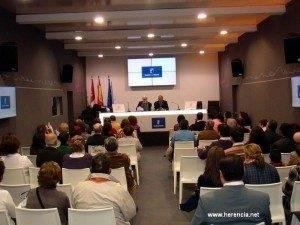 herencia con delegado en fitur 2011 300x225 - Herencia promociona su carnaval y su turismo en FITUR 2011