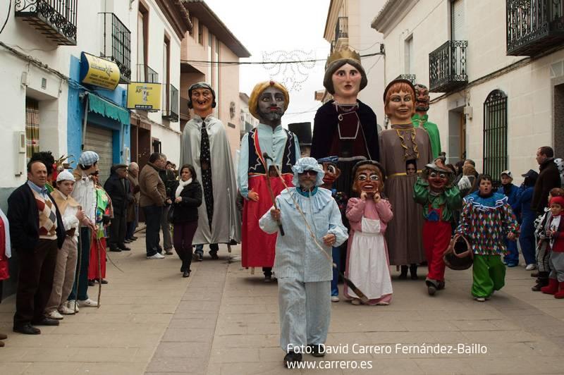 """perle gigantes y cabezudos del Carnaval de Herencia - Un vecino bromea que si no gana Cospedal """"se va a Murcia"""" y otro pide apoyo nacional para el Carnaval"""