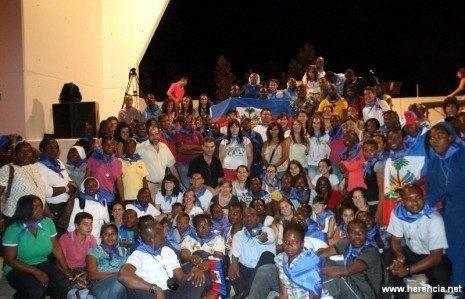 Foto de grupo de haitianos y voluntarios del JMJ junto al alcalde de Herencia