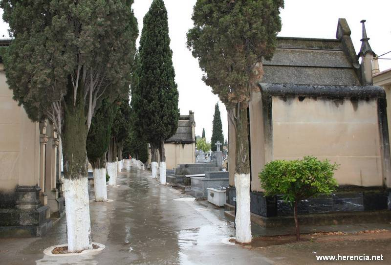 herenciacementeriosecundaria - Rescatada una mujer que cayó en una sepultura en Herencia