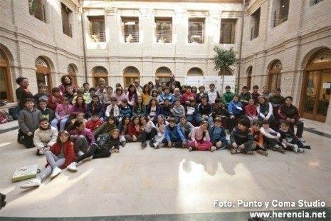 escolares en el patio del ayto g 465x310 - Actos conmemorativos para celebrar el día de la Constitución en Herencia