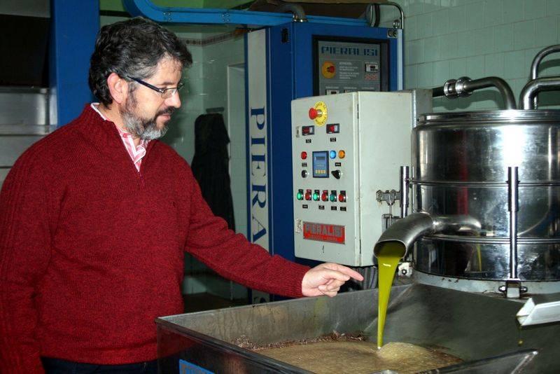 Cooperativa Al mazarera La Encarnacion. Manuel José Díaz-Pacheco, presidente con aceite reciente