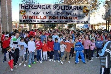 herenciamillasolidariasalida 465x311 - 400 escolares participaron en la Milla Solidaria de Herencia