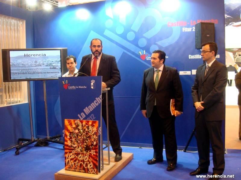 Fitur Herencia en atril alcalde11 - La Agencia EFE se hace eco de la presencia del Carnaval de Herencia en FITUR 2012