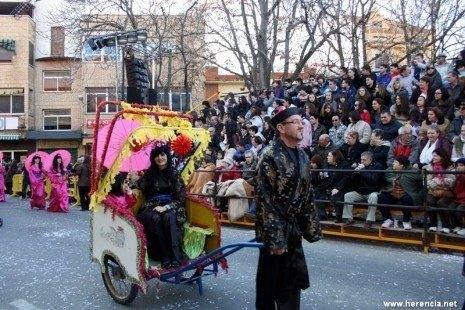Los Traviesos desfilando en el Ofertorio del Carnaval de Herencia