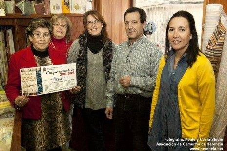 Foto Punto y Coma Ganadora 300 euros Feria Estocaje asociaci%C3%B3n de comercio1 465x309 - Alfonsa Díaz Picazo ganadora del sorteo de la Asociación del Comercio de Herencia