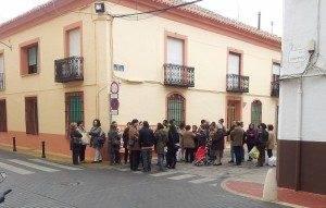 herencia concentracion frente ayto 300x191 - Ayuntamiento de Herencia avisa de despidos y reducción jornada por falta de pago de la Junta