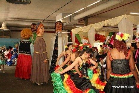 Gigantes herencianos durante un desfile de la VI Feria de las Américas