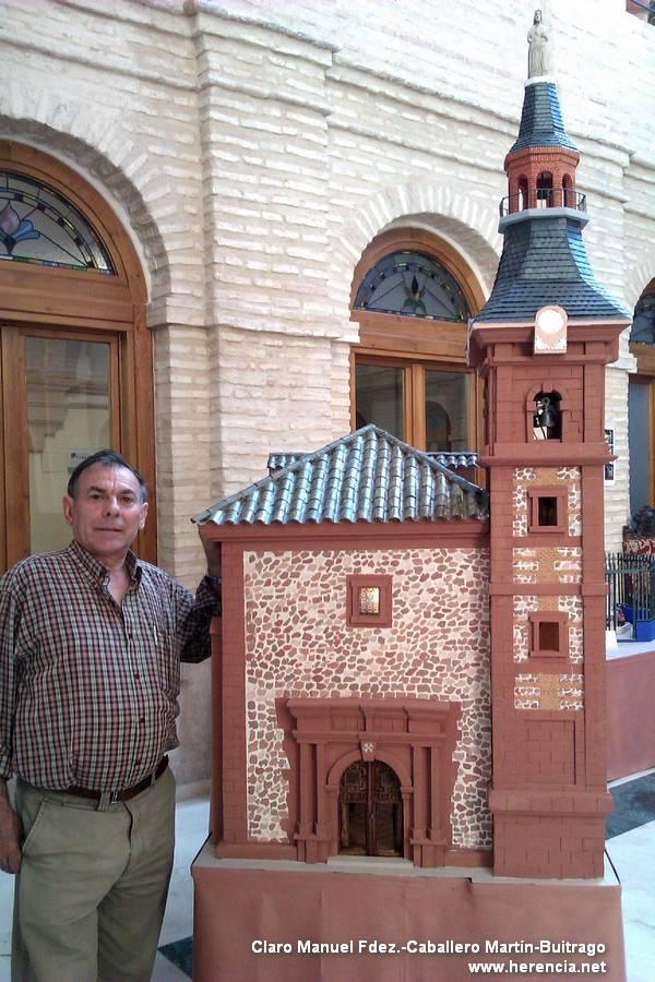Jesús Fdez Hijicos junto a su maqueta de la iglesia parroquial - Expuestas las maquetas de Jesús Fernández-Hijicos
