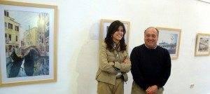 Maria Jesús Pelayo y Javier Mateo junto a la exposición