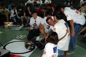 Parte del equipo del instituto ganador el Herm%C3%B3genes Rodr%C3%ADguez de Herencia 300x201 - El IES Hermógenes Rodríguez  vencedor de la Competición preuniversitaria de Robots Luchadores de Sumo