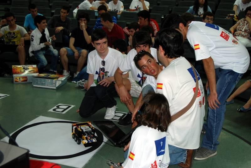 Parte del equipo del instituto ganador el Hermógenes Rodríguez de Herencia - El IES Hermógenes Rodríguez  vencedor de la Competición preuniversitaria de Robots Luchadores de Sumo
