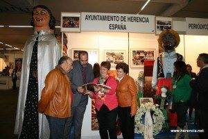 Stand de Herencia con el alcalde 300x200 - Resumen de la participación del Carnaval de Herencia en la VI Feria de las Américas