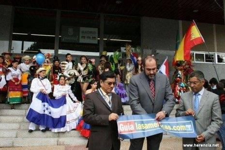 jesus fernandez inaugura la feria junto al consul el director 465x310 - Resumen de la participación del Carnaval de Herencia en la VI Feria de las Américas