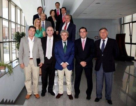 Leandro Esteban, junto a algunos de los empresarios con los que se reunió en Alcazar de San Juan