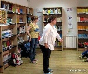 Prado Iniesta y Ana Fernández-Conde durante un cuentacuentos en la biblioteca municipal de Herencia