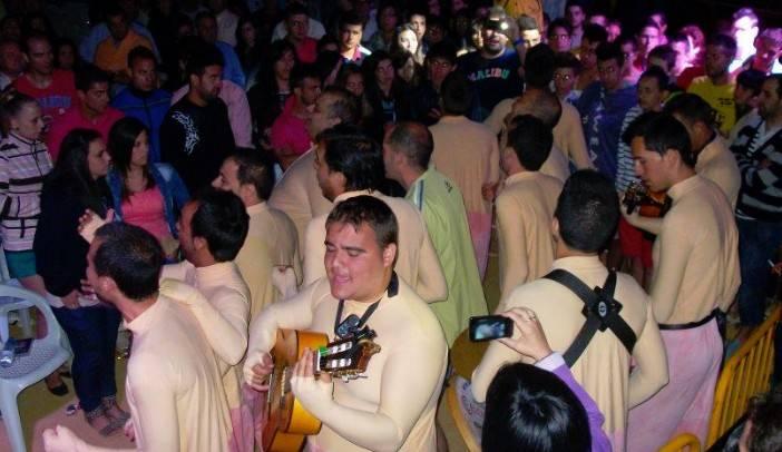 Nasser cantando con la chirigota del Canijo - Los Pelendengues ponen en pié Almadén