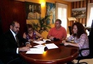 herencia firma CRUZ roja 300x208 - Renovado el convenio entre Cruz Roja y el Ayuntamiento de Herencia