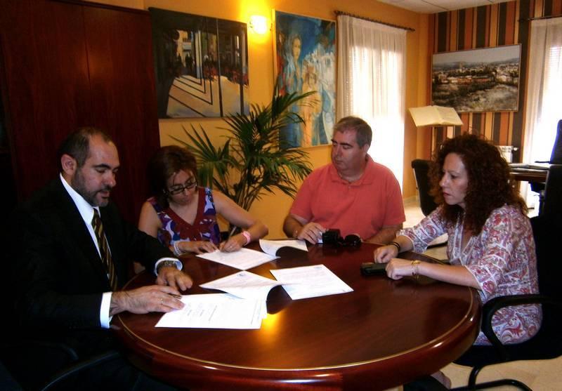 herencia firma CRUZ roja - Renovado el convenio entre Cruz Roja y el Ayuntamiento de Herencia