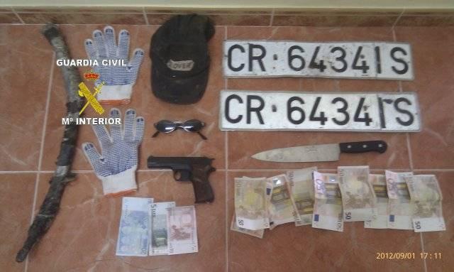 Material requisado al atracador de la gasolinera de Herencia