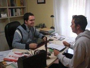 %C3%93scar Casas entrevistado por Javier Fdez Caballero 300x225 - Entrevista a Óscar Casas, nuevo vicario parroquial de Herencia