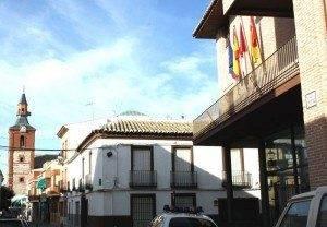 Ayuntamiento de Herencia con la iglesia parroquial al fondo