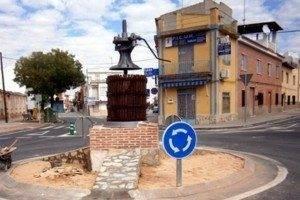 rotonda con prensa de uva san anton1 300x200 - Casi terminadas las obras de la rotonda de San Antón de Herencia