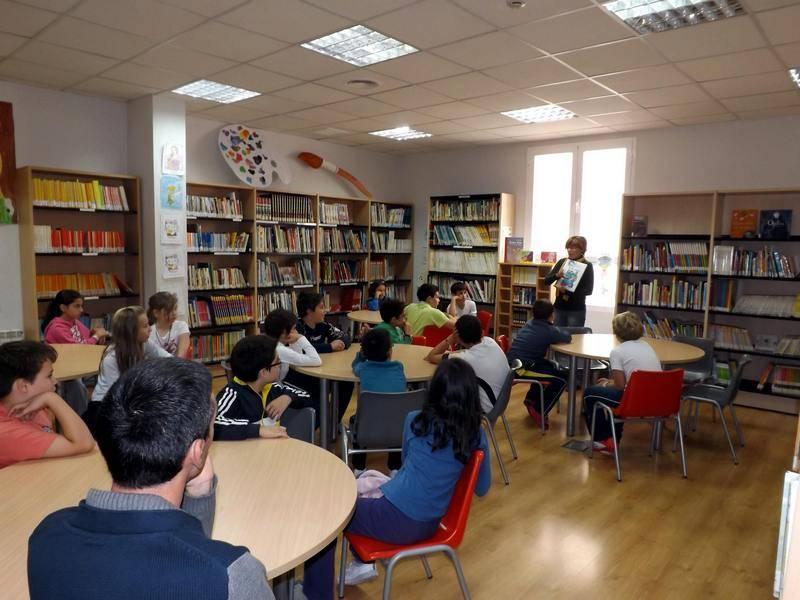 Visita de un grupo de escolares a la biblioteca de Herencia