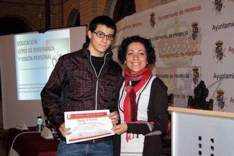 X Festival del Aprendizaje de Herencia_Entrega de su beca a Isaac Ramses