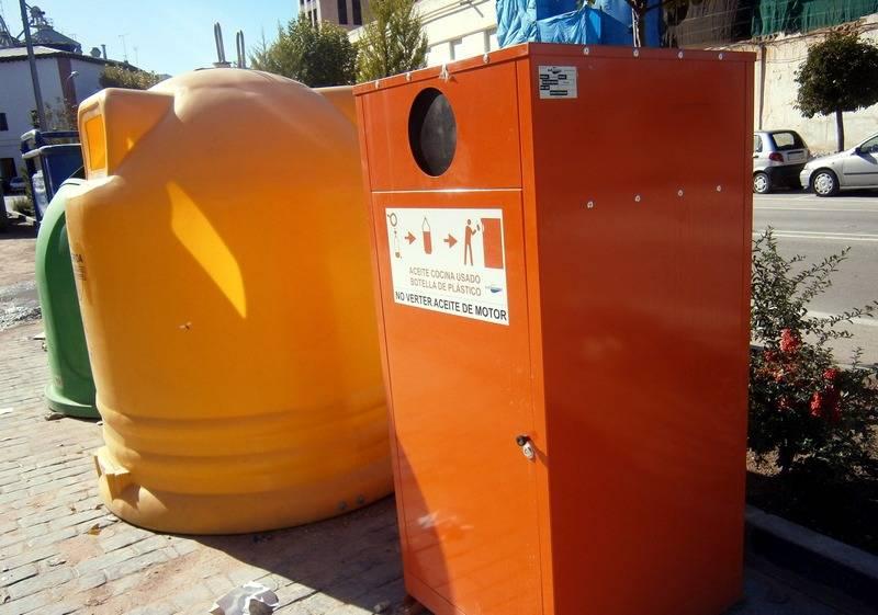herencia contenedor aceite a - Instalados los nuevos contenedores de recogida de aceite de Herencia