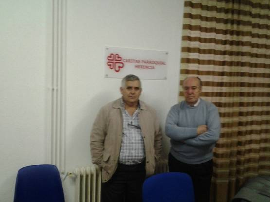 El tesorero del Club Natación Herencia junto a un miembro de CÁRITAS