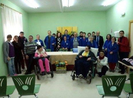 """Usuarios y monitores del Centro Ocupacional """"El Picazuelo"""", junto a las autoridades e invitados"""