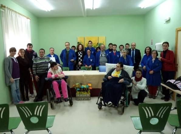 Discapacitados y monitores, autoridades e invitados posaron para la foto de grupo