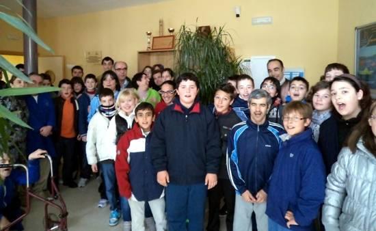 """Picazuelo"""" y alumnos del colegio """"Carrasco Alcalde""""."""