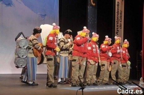 Los Pelendengues actuando en el Teatro Falla de Cádiz