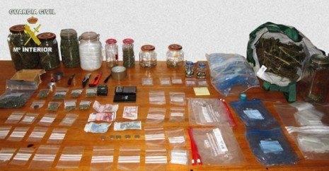marihueana i material incautado por la Guardia Civil 465x242 - Detenida una persona en Herencia por un presunto delito contra la salud pública