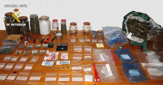 marihuana y material incautado por la Guardia Civil