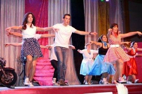 bailarines grease en inauguracion carnaval de herencia