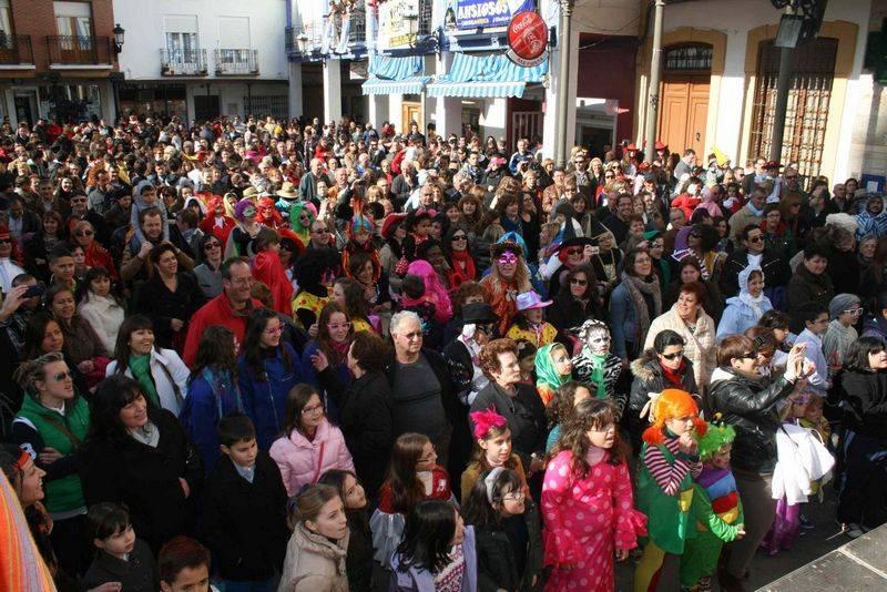 herencia Publico Deseosas b - Los más jóvenes de Herencia llenan la plaza para bailar por un Carnaval de Interés Turístico Nacional